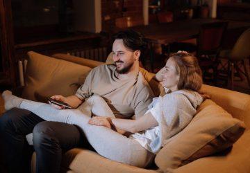 en man och en kvinna sitter i soffan