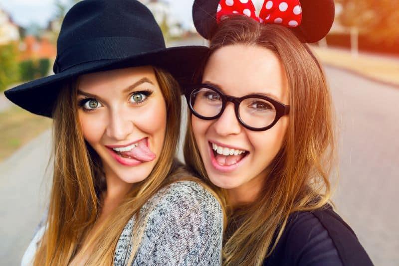 porträtt av flickors bästa vänner som gör roliga grimaser på kameran