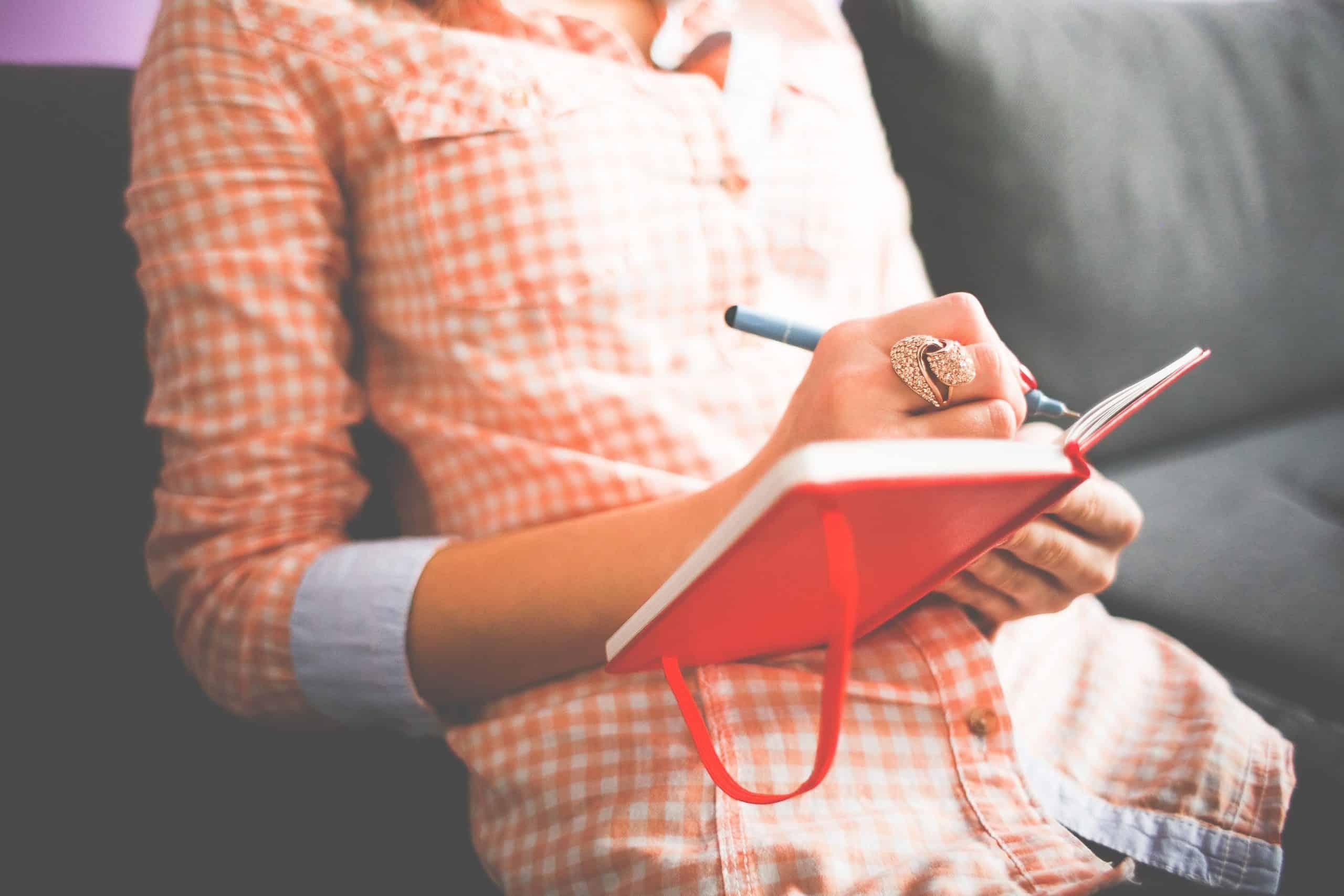dagbok flicka journal i handen