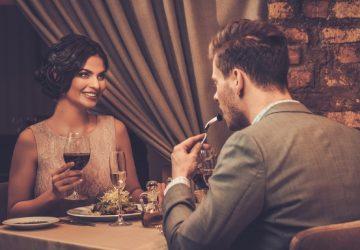 lyckliga par på restaurangen