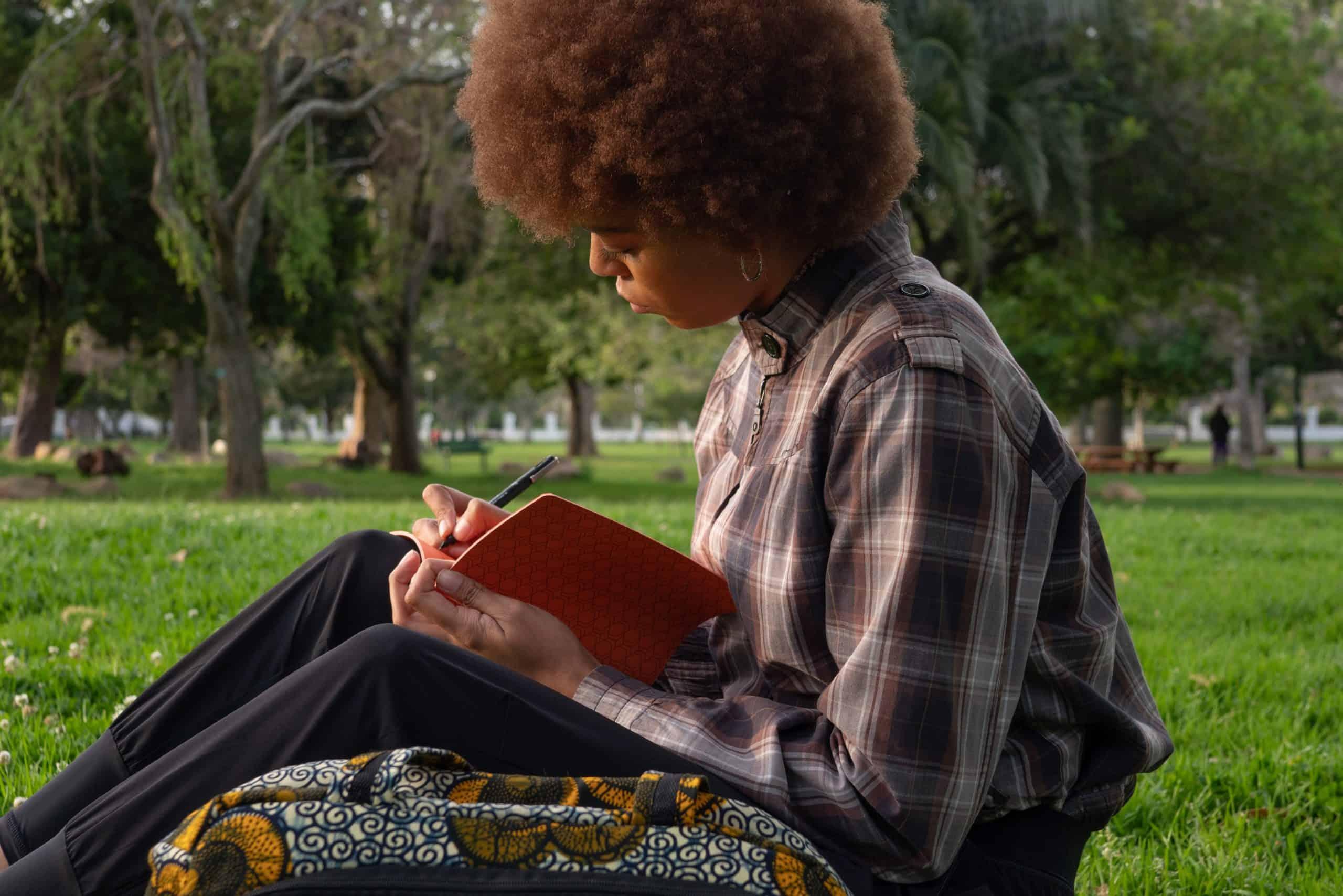 foto av kvinna som skriver på anteckningsboken