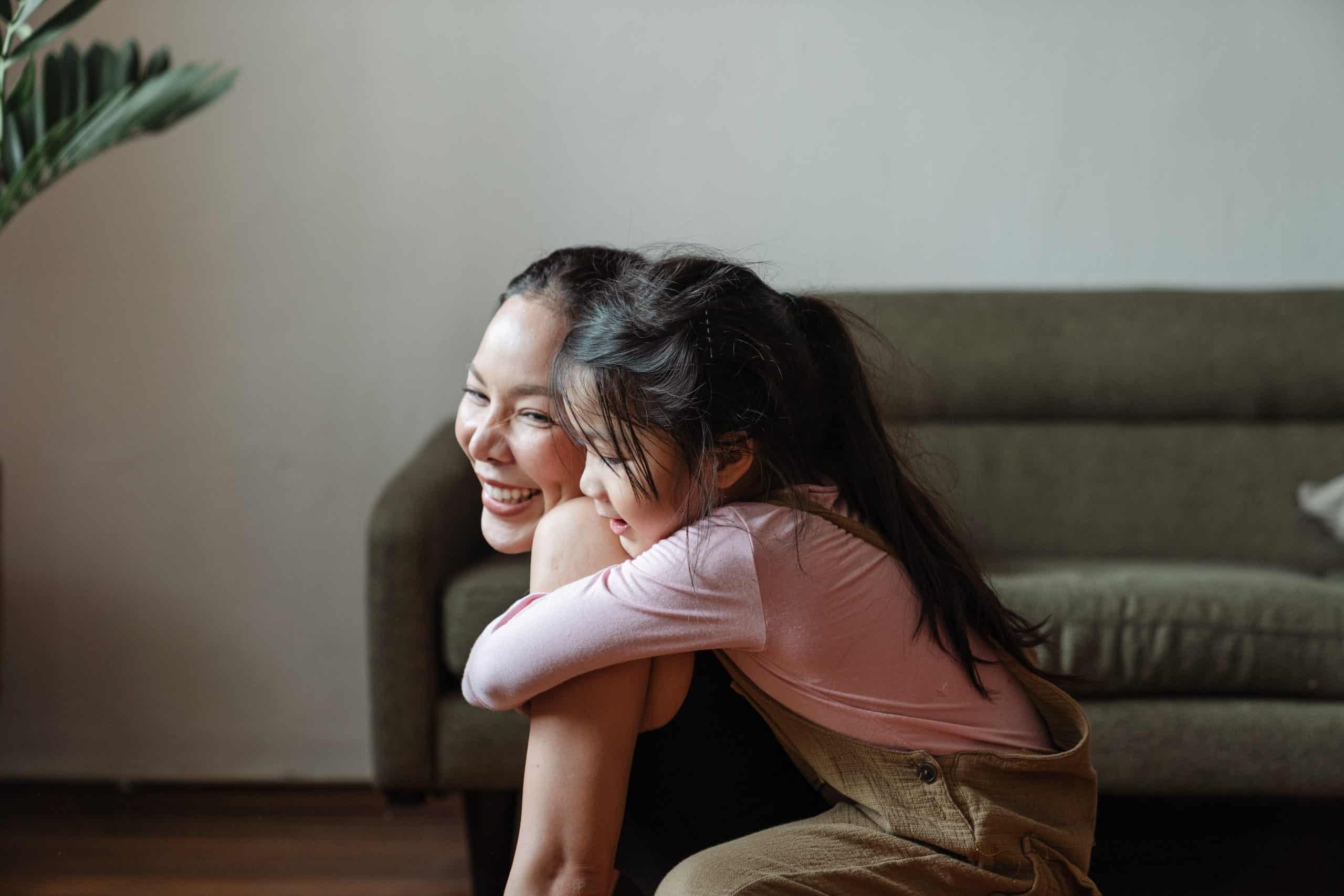 foto av tjej som kramar mamma