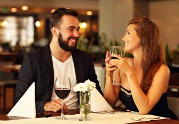 man och kvinna som har ett romantiskt datum på en restaurang