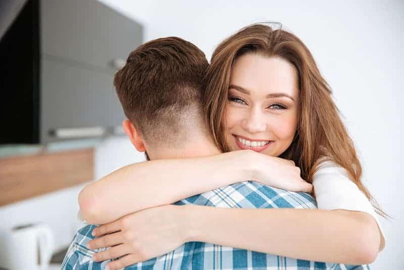 glad kvinna som kramar en man