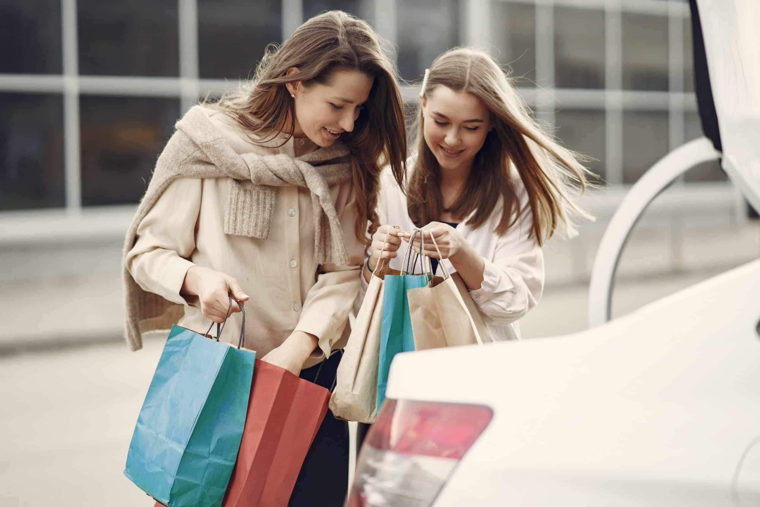 glada kvinnor i shopping