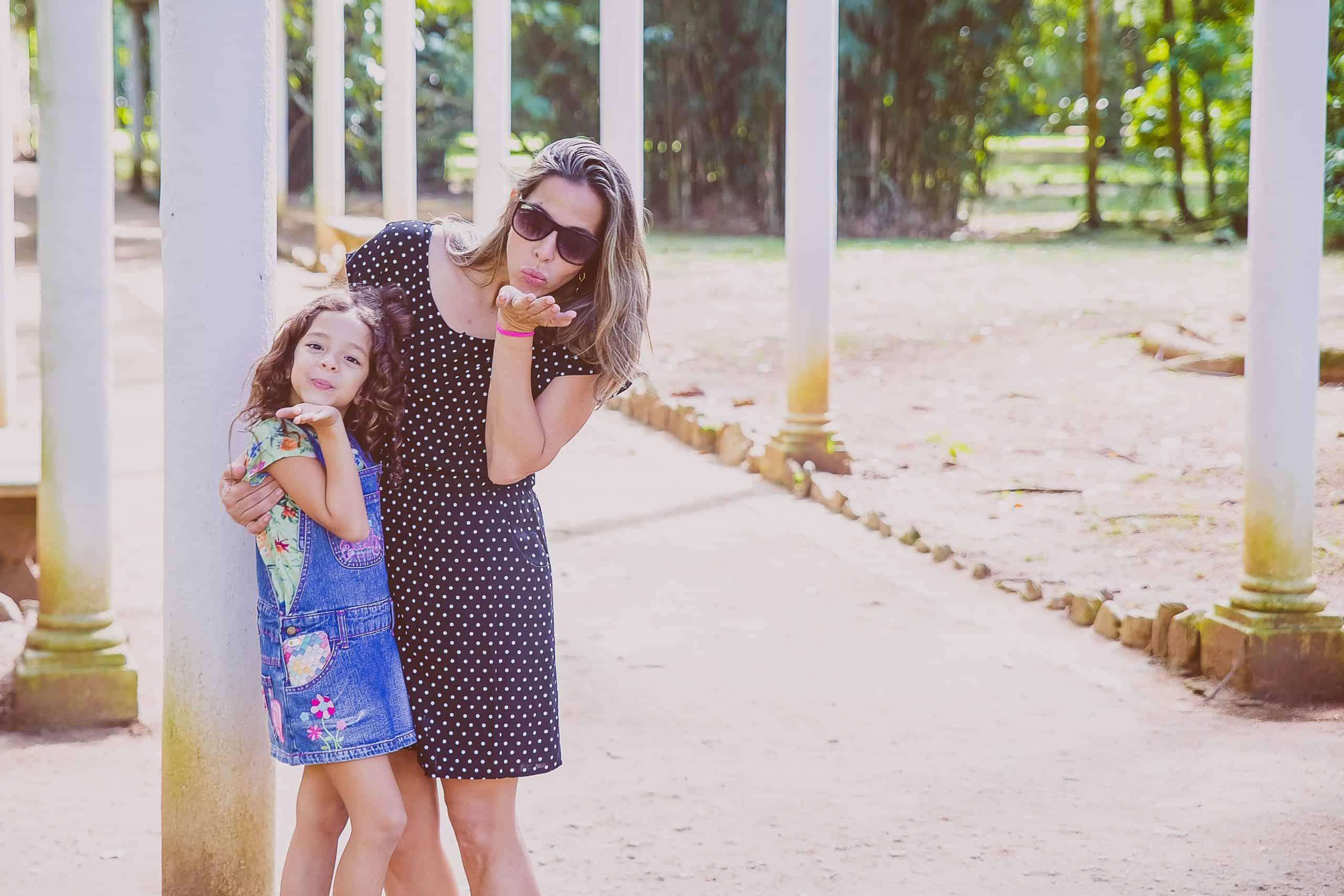 kvinna med barn som blåser kyss