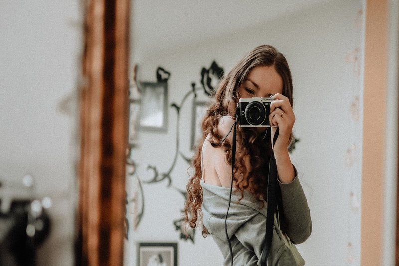 kvinnan fotograferas med en kamera