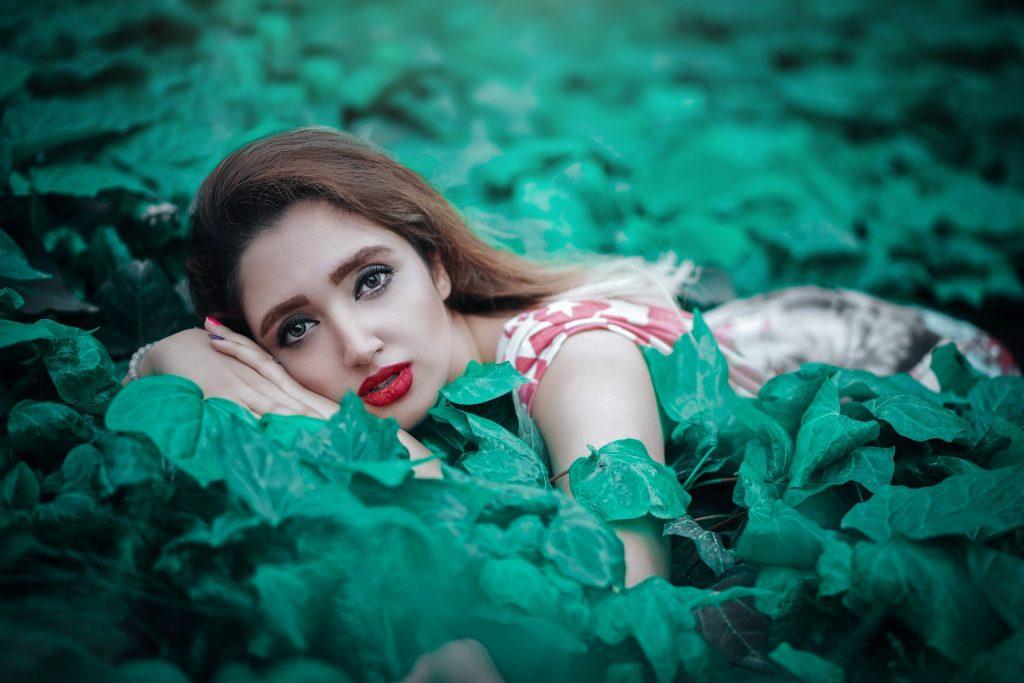 kvinnan ligger i ett blad