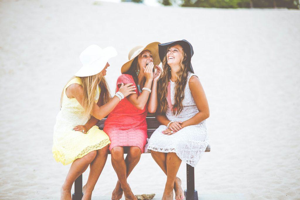 kvinnan skrattar med sina vänner