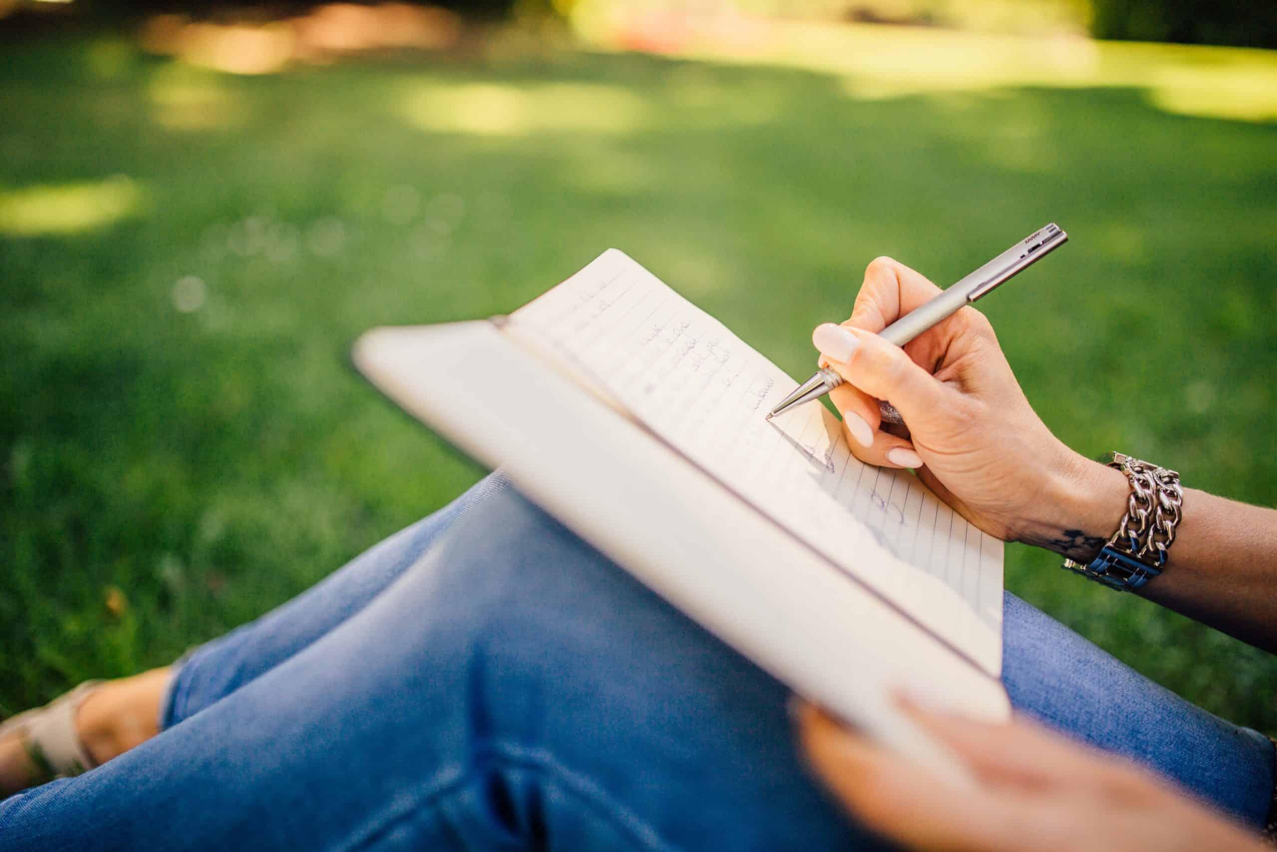 kvinnor skriver i parken