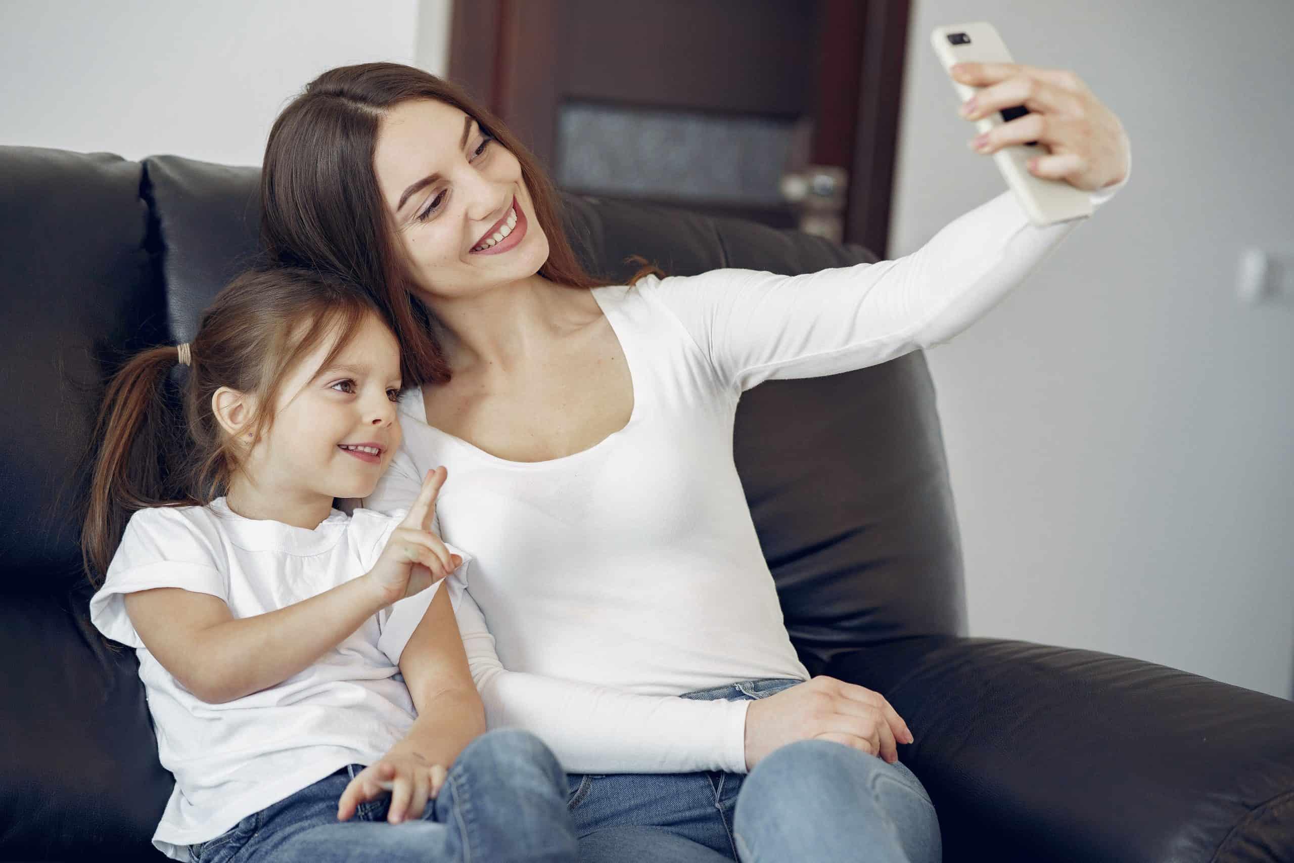 le kvinnor och barn som tar selfie på smartphone