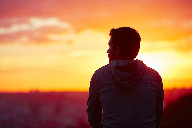 ledsen man bara tittar på solnedgången