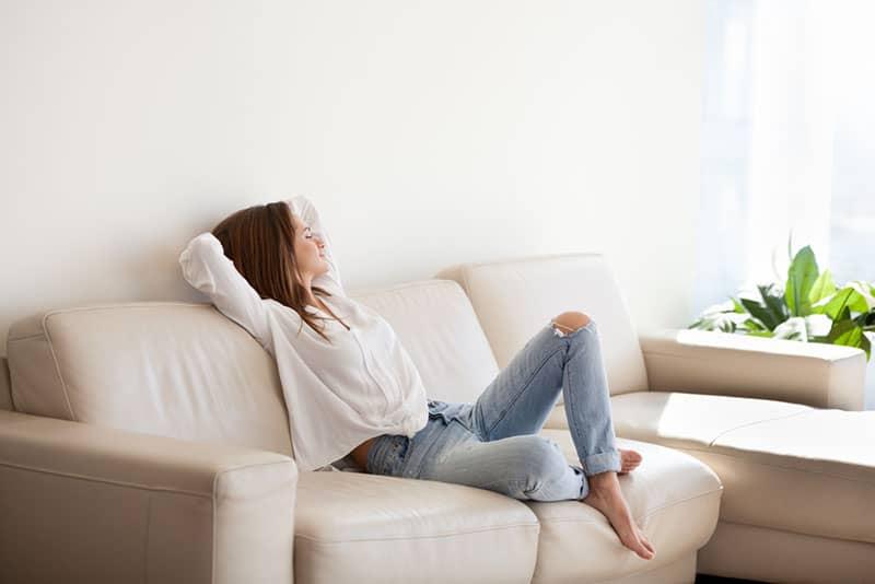 lugn kvinna som sitter på soffan