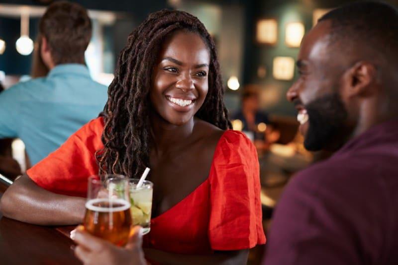 lyckliga afrikanska par i en bar