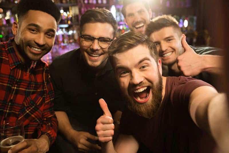 män poserar i puben