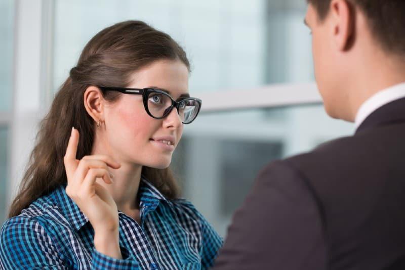 man och kvinna pratar