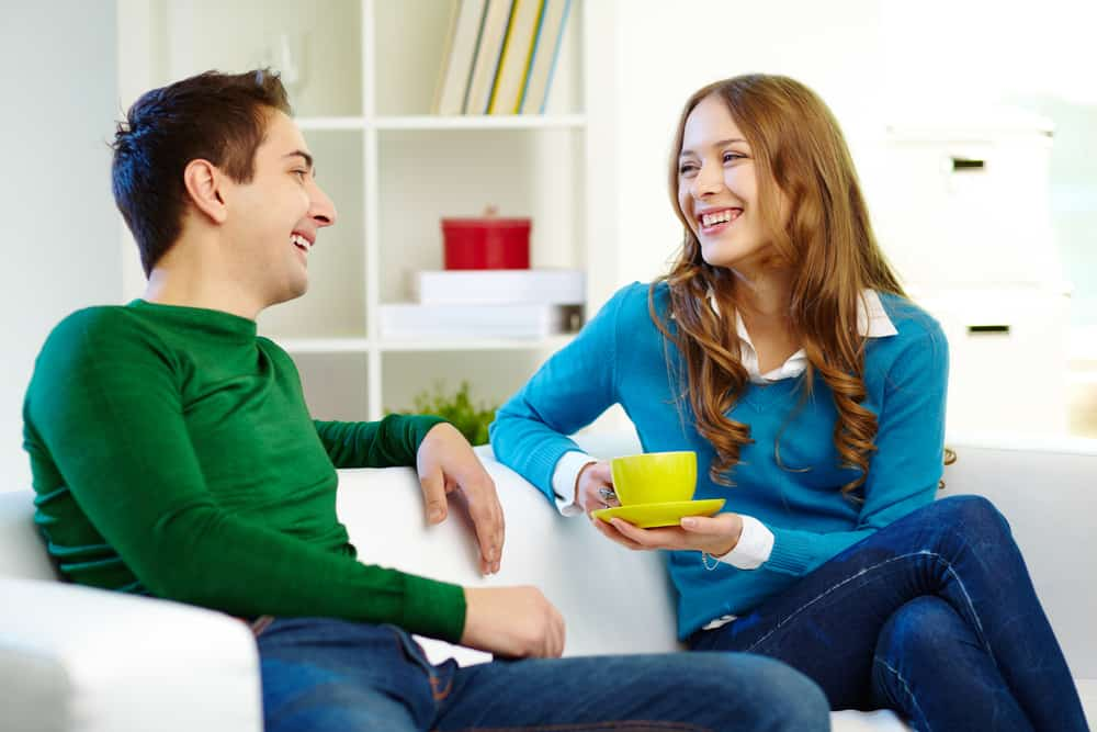 man och kvinna tittar på varandra medan de pratar