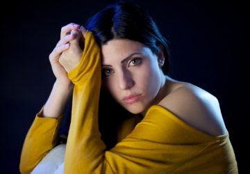 ledsen vacker kvinna