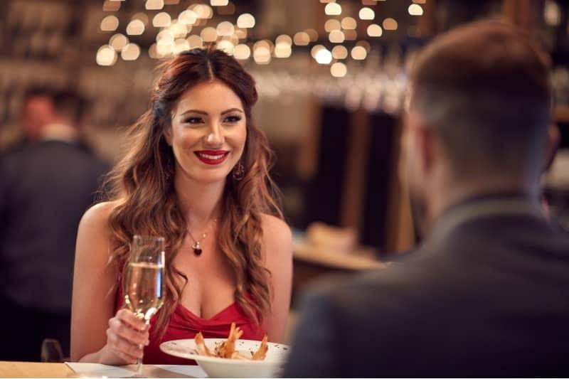 par som äter romantisk middag i restaurangen