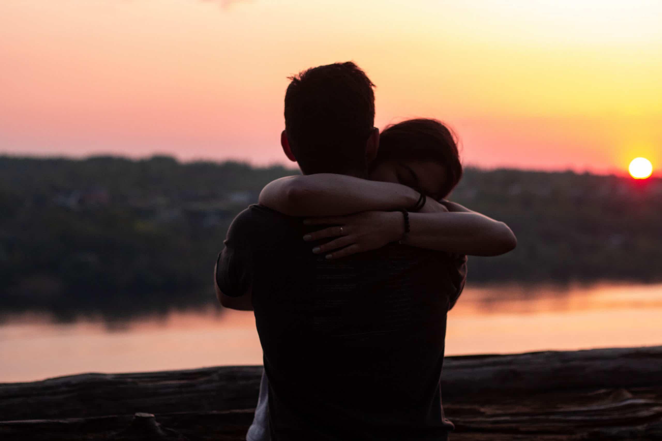 par kramar i solnedgången