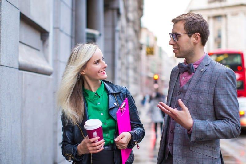 par som dricker kaffe utomhus och pratar