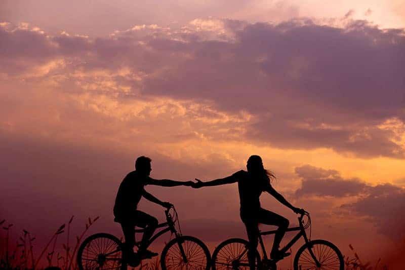 silhuett av man och kvinna på cyklar