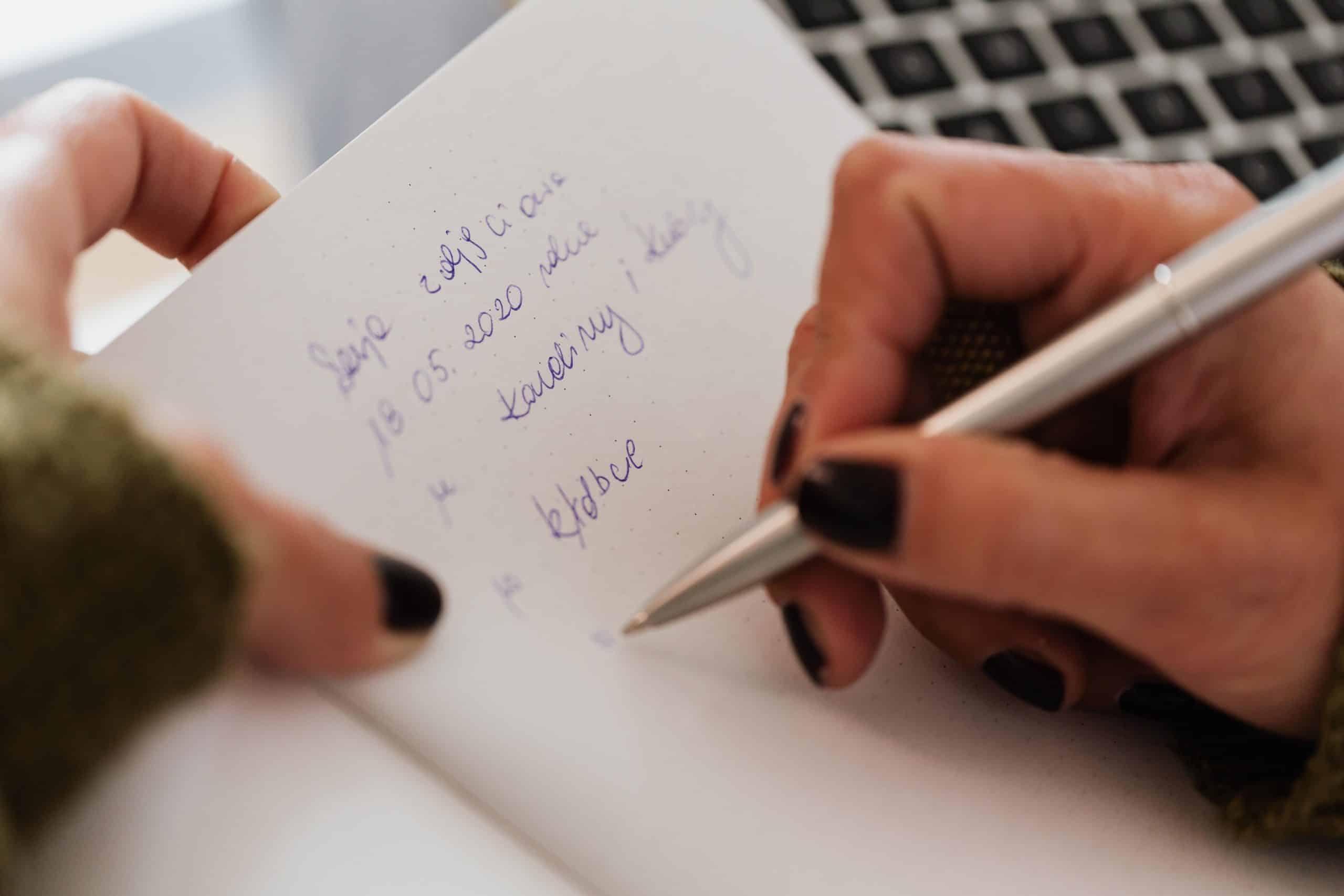 skörd kvinna tar anteckningar i anteckningsboke