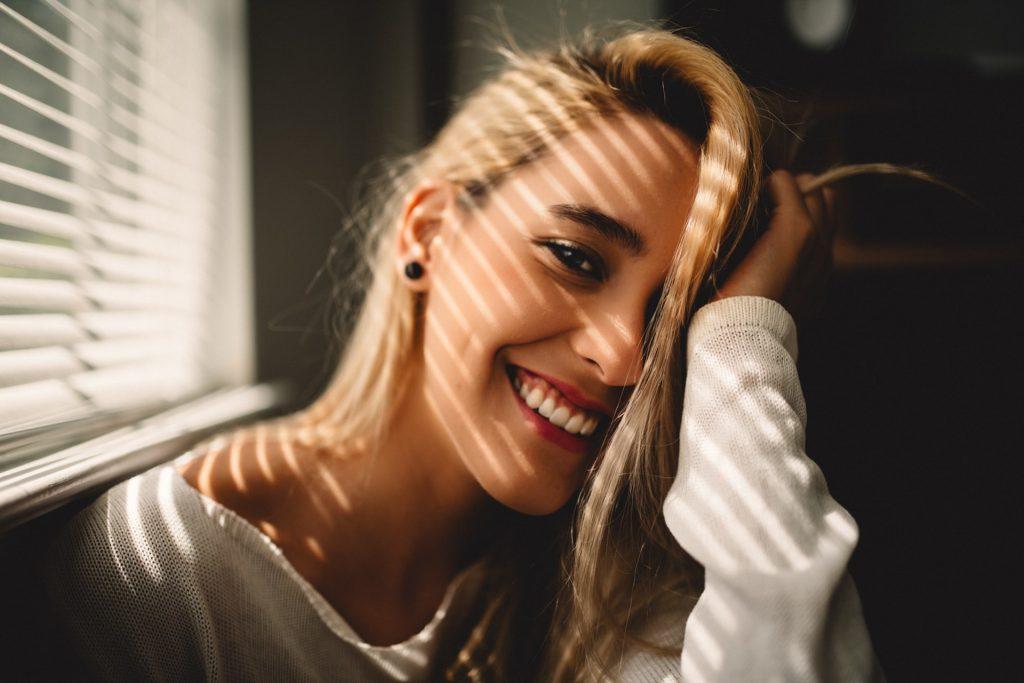 skrattar den blondhåriga kvinnan