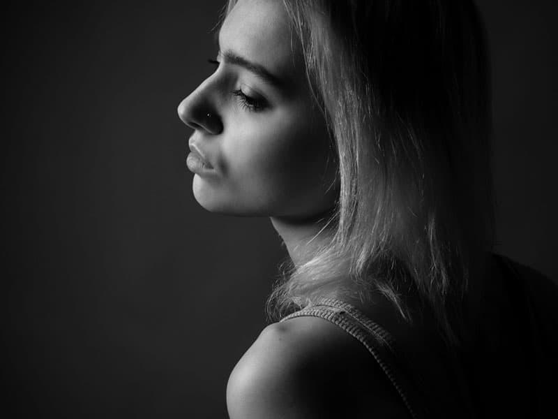 svartvitt foto av kvinnan i djupa tankar