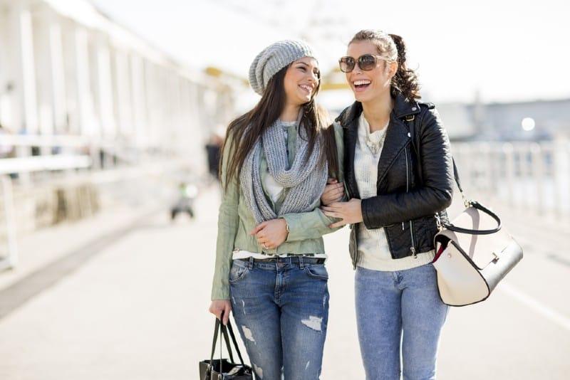 Två kvinnor som går tillsammans på gatan