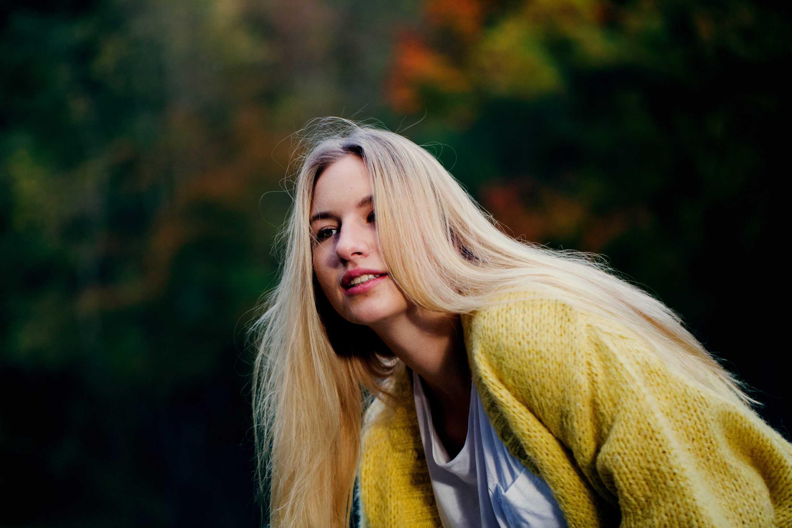 vacker blond kvinna i gul tröja