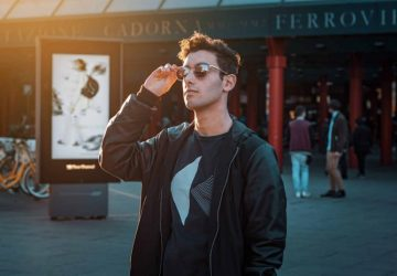 man med solglasögon som står utanför