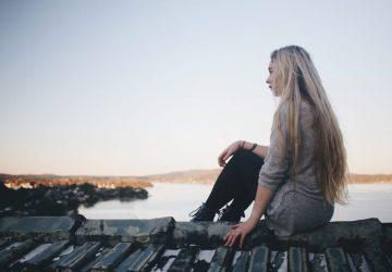 kvinna sitter ensam i naturen