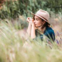 kvinna med en hatt i ett fält
