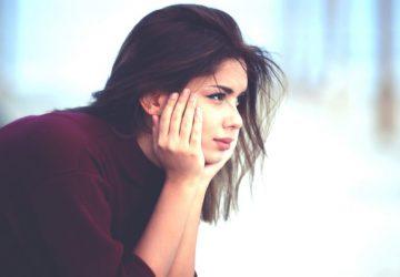 kvinna i djupa tankar som sitter ensam