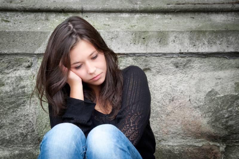 porträtt av en sorglig tjej som ser eftertänksam ut