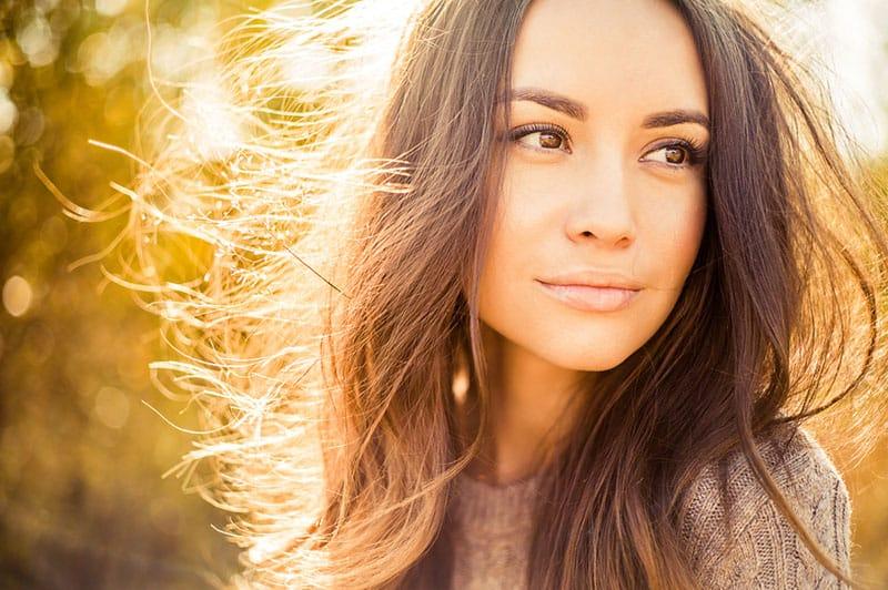 porträtt av vacker flicka på solnedgången