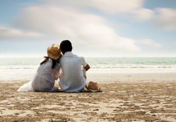 par sitter på stranden