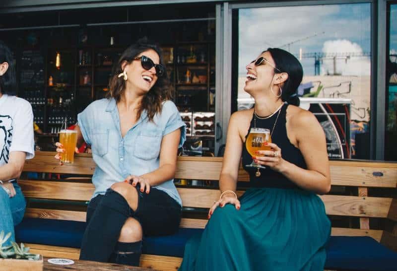 vänner dricker öl och ler