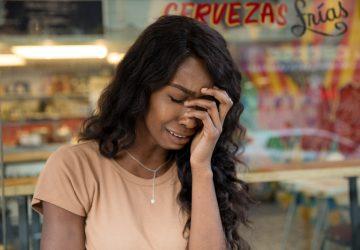en sorglig tjej som gråter framför affären