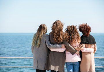 fyra kvinnor kramar varandra