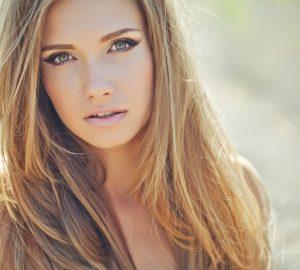 vacker kvinna med långt hår och gröna ögon