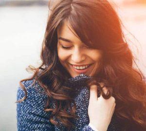 vacker brunett kvinna ler utomhus