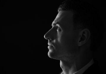 porträtt av en tankeväckande man