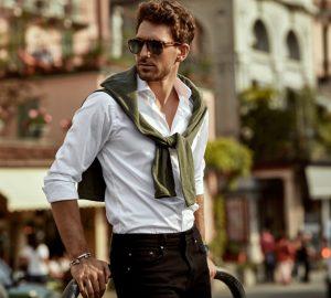 stilig man som bär solglasögon som står utomhus