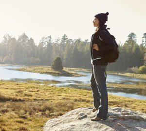 kvinna som står ensam utomhus