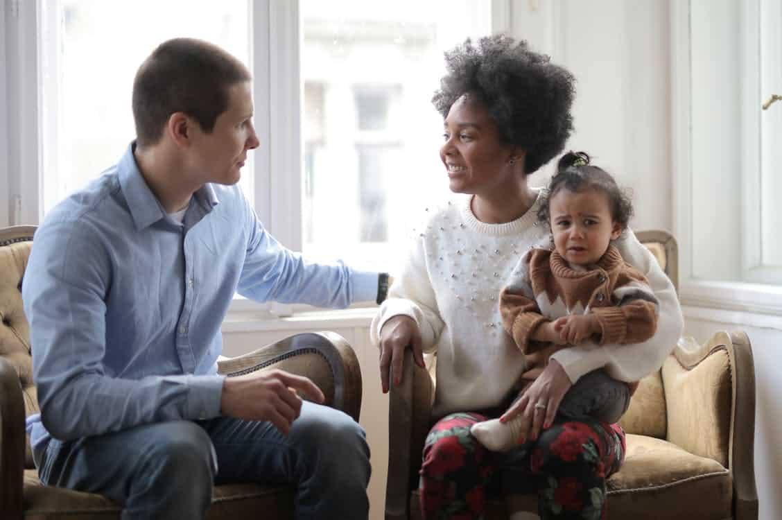 familj sitter tillsammans hemma
