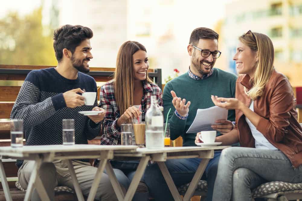 grupp vänner njuter av kaffe ute