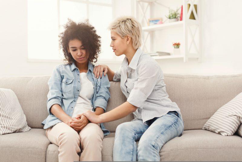kvinna som tröstar sin vän