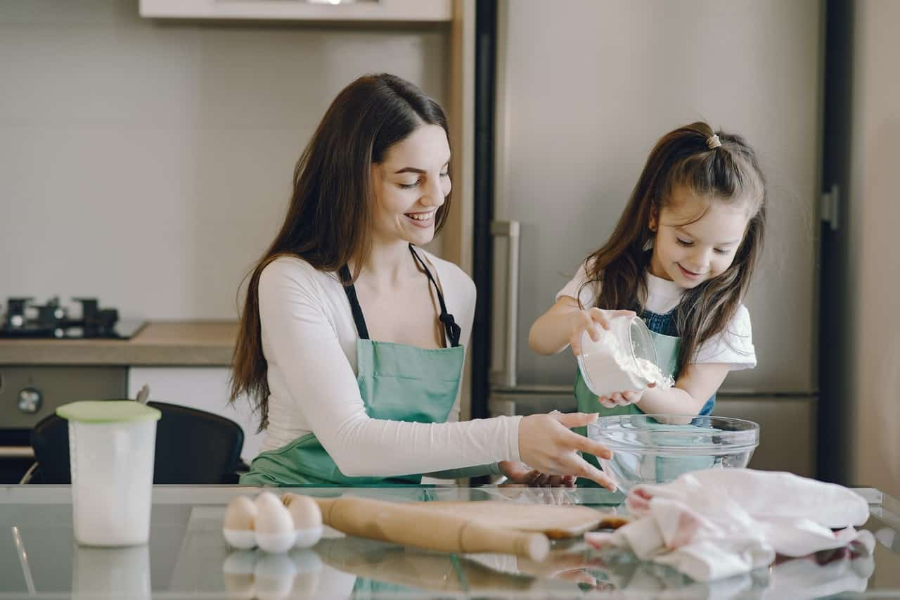 mor och dotter som lagar mat tillsammans